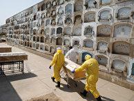 Похороны умерших от коронавируса на кладбище в Лиме, Перу