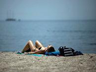 Женщина на пляже недалеко от Афин, Греция