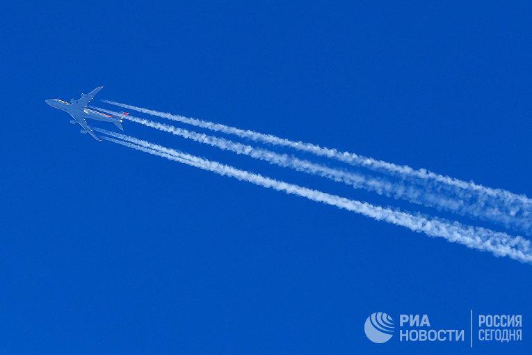 Самолет Boeing 747-467 в небе над Москвой