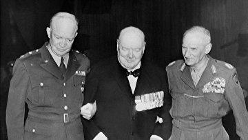 Американский генерал Дуайт Эйзенхауэр, премьер-министр Великобритании Уинстон Черчилль и британский фельдмаршал Бернард Монтгомери