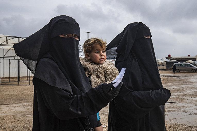 Женщины с ребенком в лагере Аль-Хол, Сирия