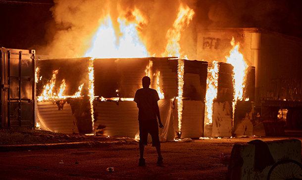 Пожар, устроенный участниками акций протеста в Миннеаполисе