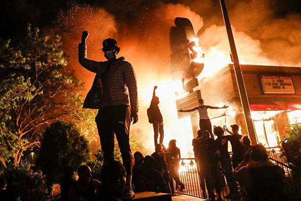 Протестующие у горящего ресторана в Миннеаполисе