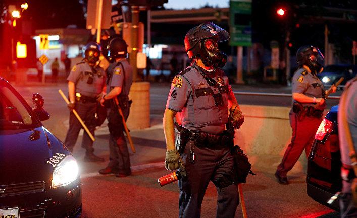 Полицейские во время столкновений с протестующими в Сент-Поле, штат Миннесота