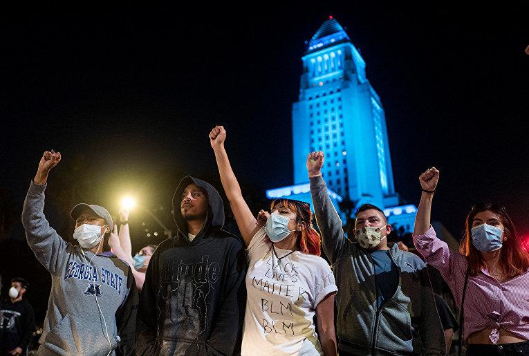 Участники акции протеста в Лос-Анджелесе