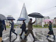 15 мая 2020. Прохожие в масках на улицах Пхеньяна, КНДР