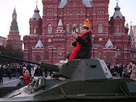 Женщина на Красной площади в Москве, где прошел посвященный 77-летию военного парада 1941 года марш
