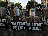 Сотрудники военной полиции и правоохранительных органов на подступах к Белому дому в Вашингтоне
