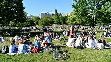 30 мая 2020. Люди отдыхают в парке, Стокгольм, Швеция