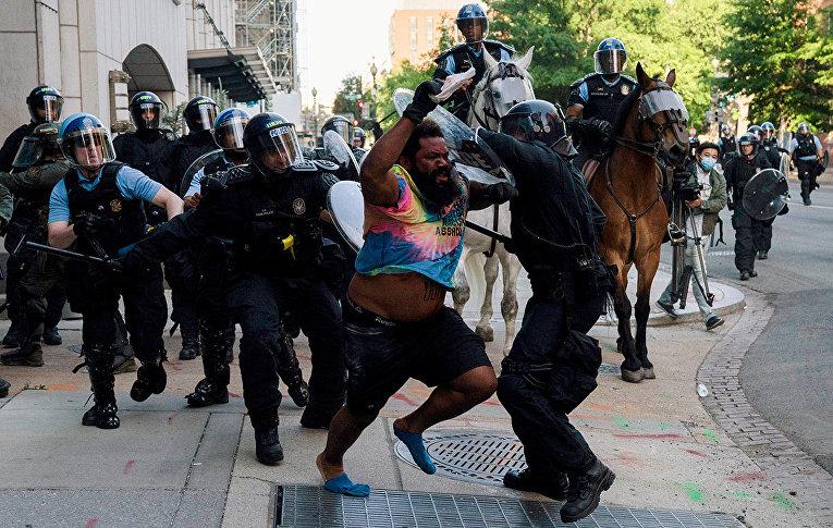 Сотрудники правоохранительных органов во время столкновения с протестующим в Вашингтоне