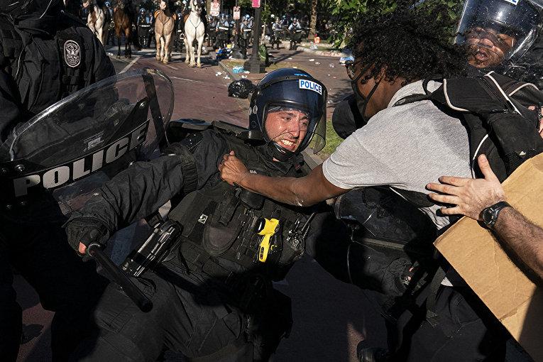 Столкновения протестующих с полицией в Вашингтоне