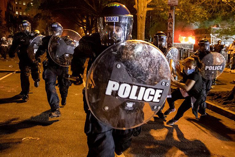 Полиция во время беспорядков в Вашингтоне