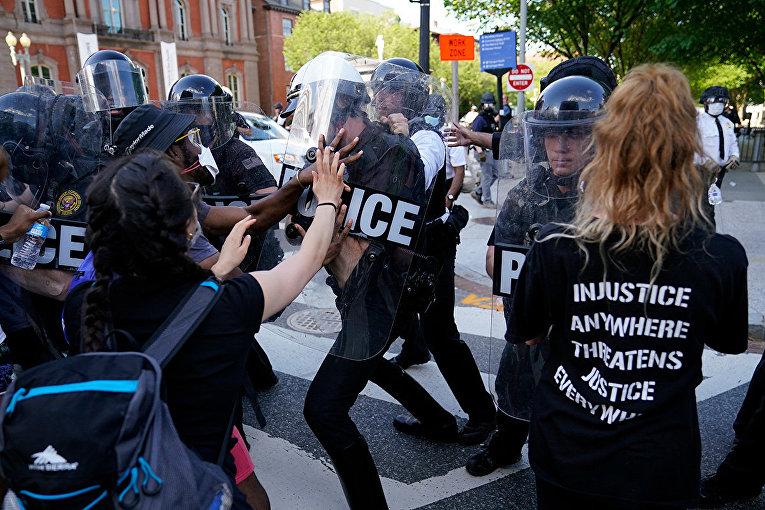 Столкновения демонстрантов с полицией в Вашингтоне