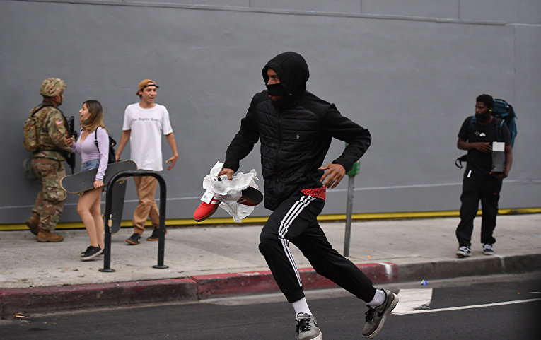 Мародер на улице в Голливуде