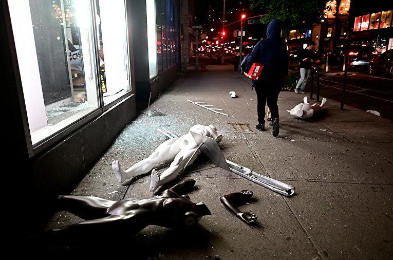 Манекены у витрины разграбленного магазина в Нью-Йорке