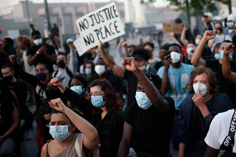 Участники акции протеста в Париже
