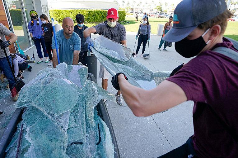 Волонтеры убирают разбитые стекла в Лонг-Бич, штат Калифорния