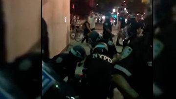 В Бруклине полиция избила дубинками протестующих
