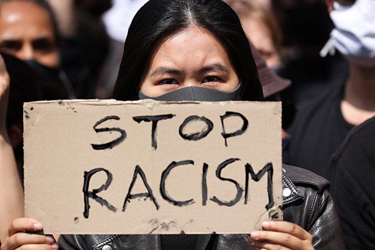Участница демонстрации против жестокости полиции и расового неравенства в Берлине