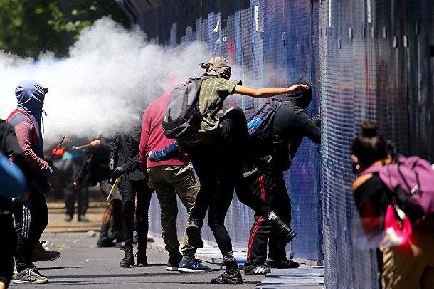 Протестующие у здания посольства США в Мехико