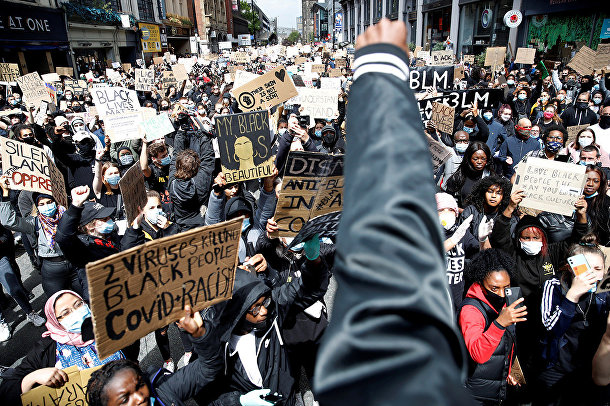 Демонстранты во время акции протеста в Манчестере