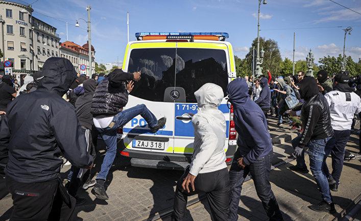7 июня 2020. Протестующие нападают на полицию в Гётеборге, Швеция