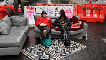 Протестующие сидят в Сиэтле