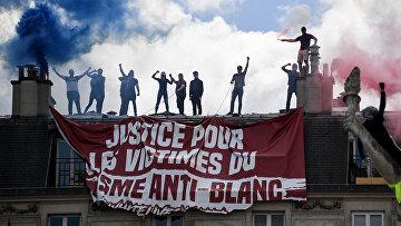 Участники протестов в Париже