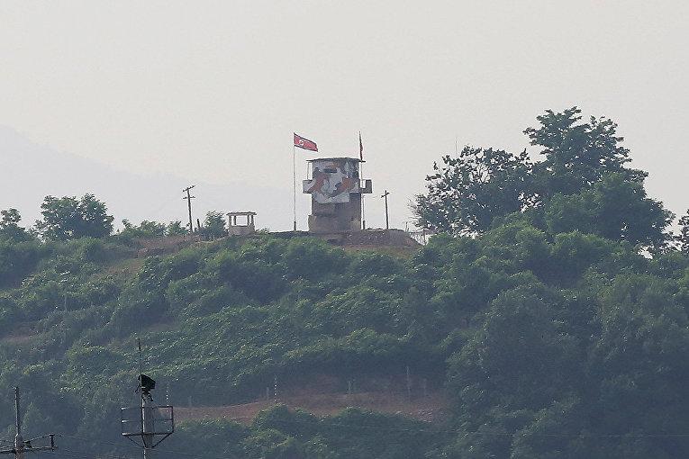 Северокорейский флаг на посту охраны на границе КНДР и Южной Кореи