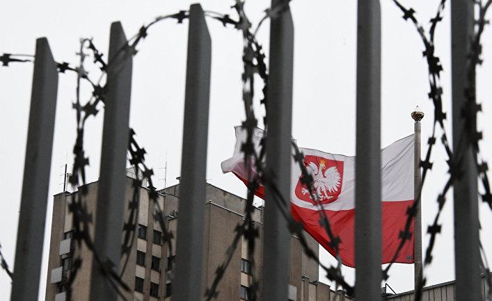 Флаг Польши на территории посольства Польши в Москве