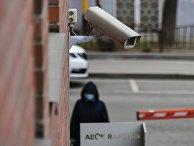 Камера наблюдения на стене одного из домов в Москве