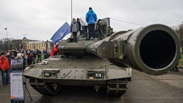 Жители Риги осматривают танк НАТО Leopard 2, Латвия