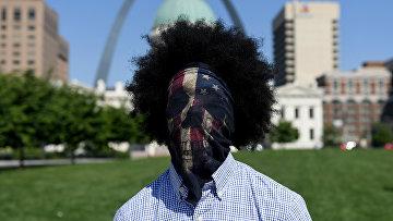 14 июня 2020. Чернокожий участник протестов против расизма в Сент-Луисе, Миссури, США