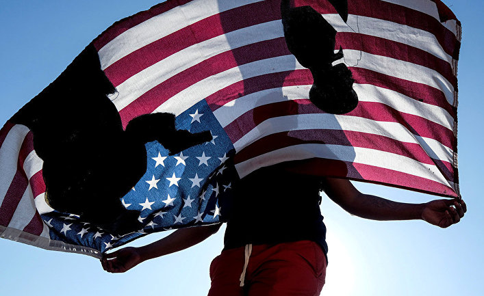 Участник акции протеста в Комптоне, штат Калифорния