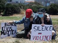 Участники акции протеста с плакатом «Молчание — это насилие»