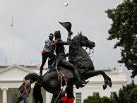 Памятник Эндрю Джексону во время акции протеста в Вашингтоне