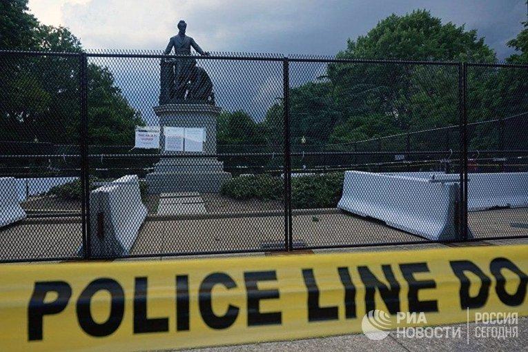 В Вашингтоне оградили памятник Линкольну из-за призывов к его сносу