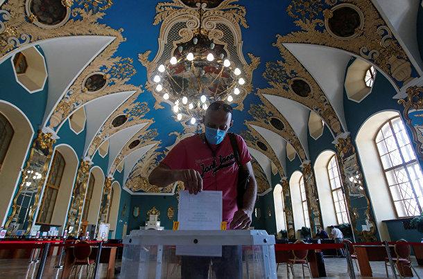 Голосование на избирательном участке в Казанском вокзале в Москве
