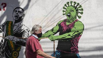Граффити в Сан-Паулу, Бразилия, изображающее коронавирус, хватающий президента страны Жаира Болсонару