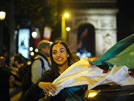 Девушка с флагом Алжира у Триумфальной арки в Париже