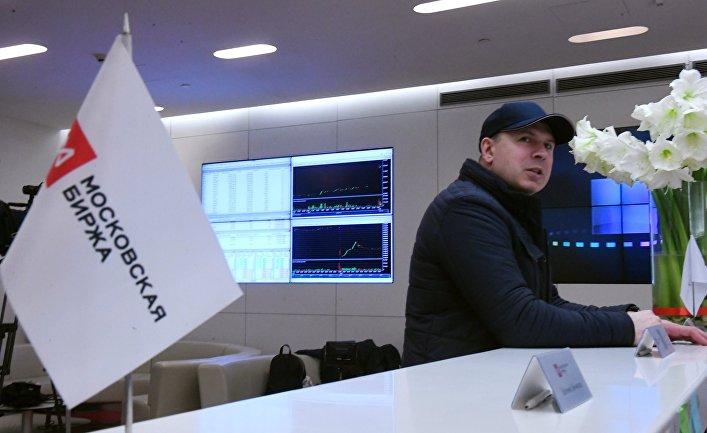 Посетитель Московской биржи перед началом торгов