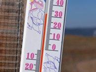 +32 градуса Цельсия на солнце показывает термометр на стене зимнего передвижного рыбацкого домика на берегу реки Енисей в окрестностях Красноярска