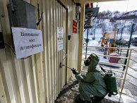 Санитарная обработка КПП на входе в базу Северного флота РФ в Североморске