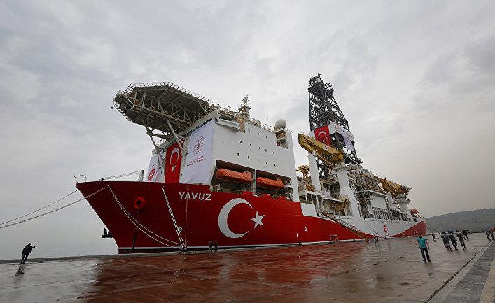 Турецкое буровое судно готовится к отправке в Средиземное море в порту Диловаси