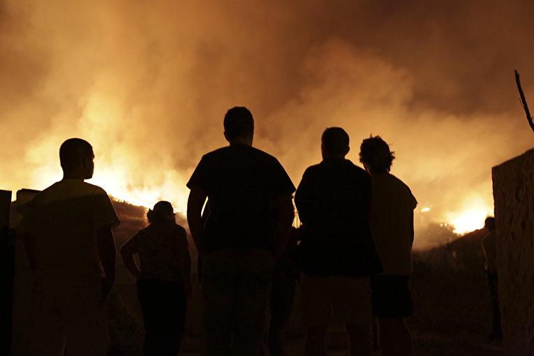 Лесной пожар возле домов на окраине Обидуша, Португалия. 16 октября 2017