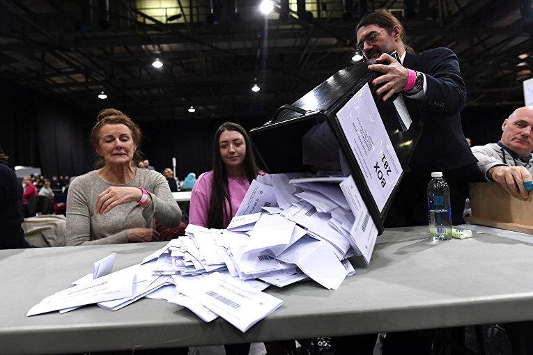 Избирательные бюллетени в центре подсчета голосов в Глазго