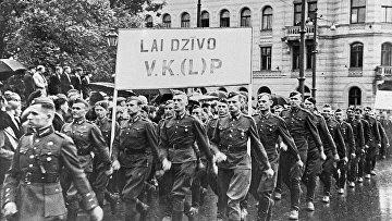 Колонна солдат латышской народной армии на демонстрации, посвященной принятию Латвии в состав СССР