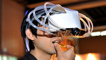 """Демонстрация дегустационной машины виртуальной реальности """"MetaCookie+"""" на выставке цифрового контента в Токио"""