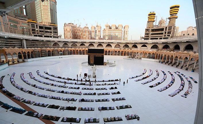Молящиеся перед Каабой в Большой мечети в Мекке
