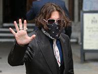 8 июля 2020. Актер Джонни Депп выходит из здания суда в Лондоне